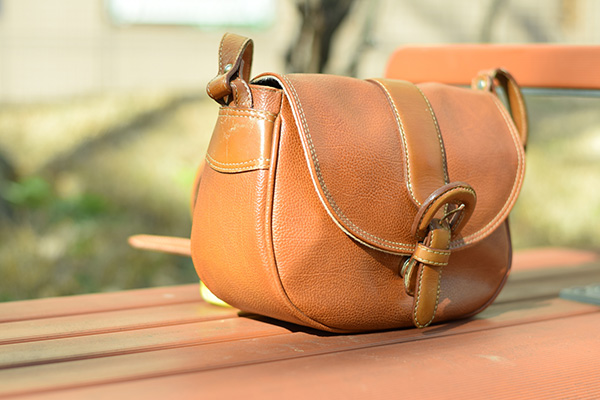 大切なバッグを自分でお手入れするのは怖い?