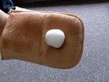 ムース状のクリーナーコロニル レザーソープを布にピンポン玉大ほど取り