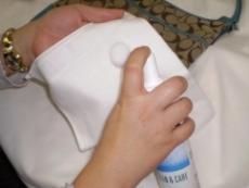 水で濡らし固く絞ったクロスで 拭き取ります。